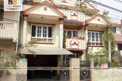 धनेश्वर चोक, सिद्धार्थ बैंक अवस्थित ३ आना ३ पैसा जग्गामा बनेको २.५ तल्ले सुन्दर घर व्यवसायिक तथा आवासीय प्रयोजनका निम्ति बिक्रीमा।